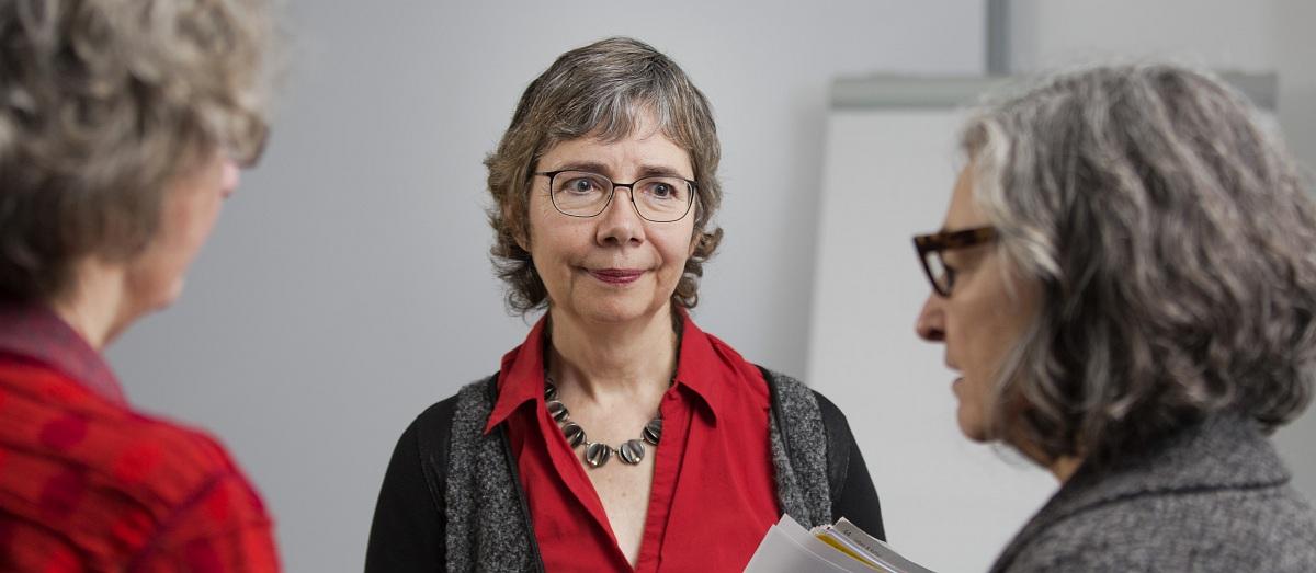 Susanne Schmidt-Lüer hört zwei Frauen zu