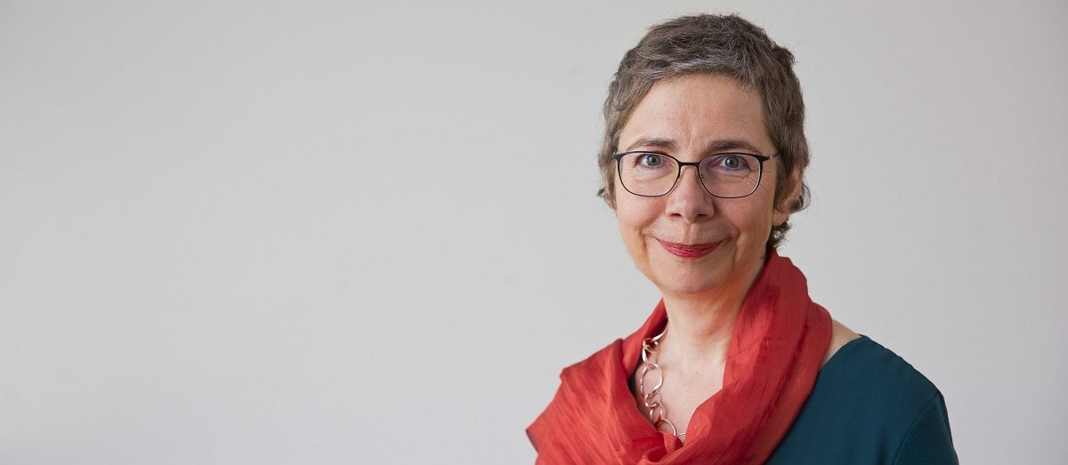 Susanne Schmidt-Lüer Portrait mit rotem Tuch